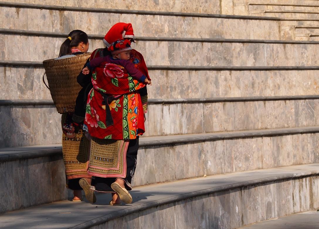 Red Dao mit Baby auf dem Rücken