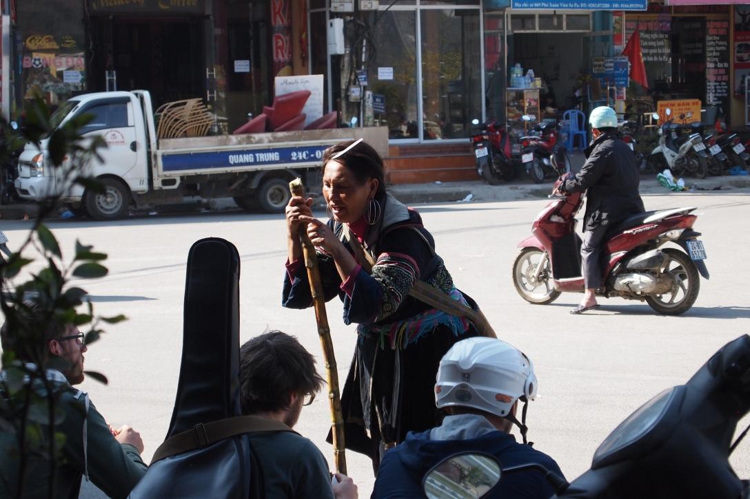 Hmong im Gespräch mit Touristen