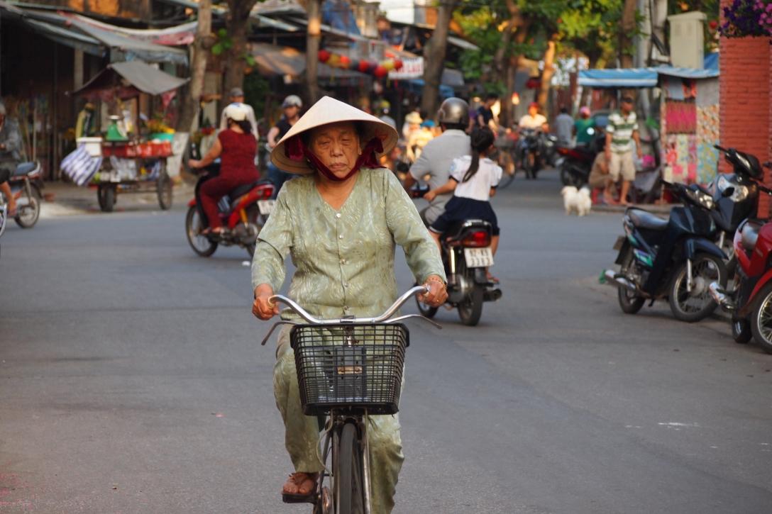 An diesem Tag durften Roller fahren. Diese Vietnamesin bevorzugte dennoch ihren Drahtesel.