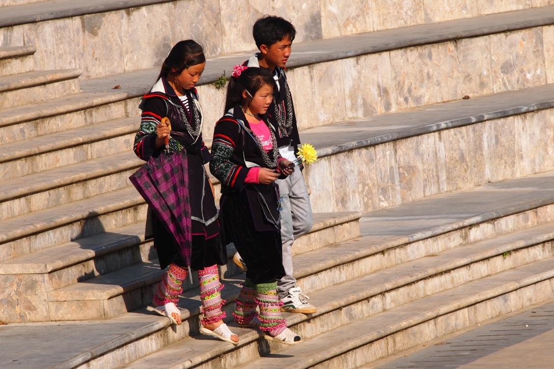 Immer wieder überquerten Gruppen von Hmong den Platz.
