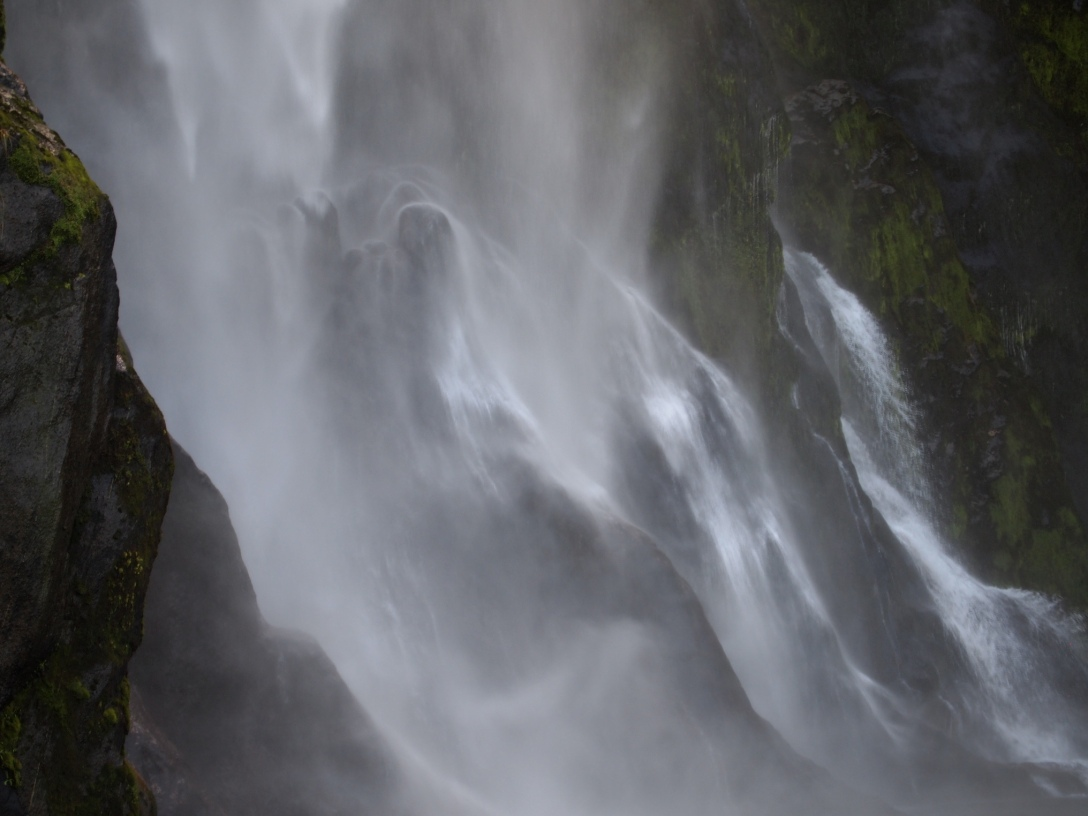 Geisterhaft zeichnen sich die Steine unten den Wassermassen der Fairy Falls ab