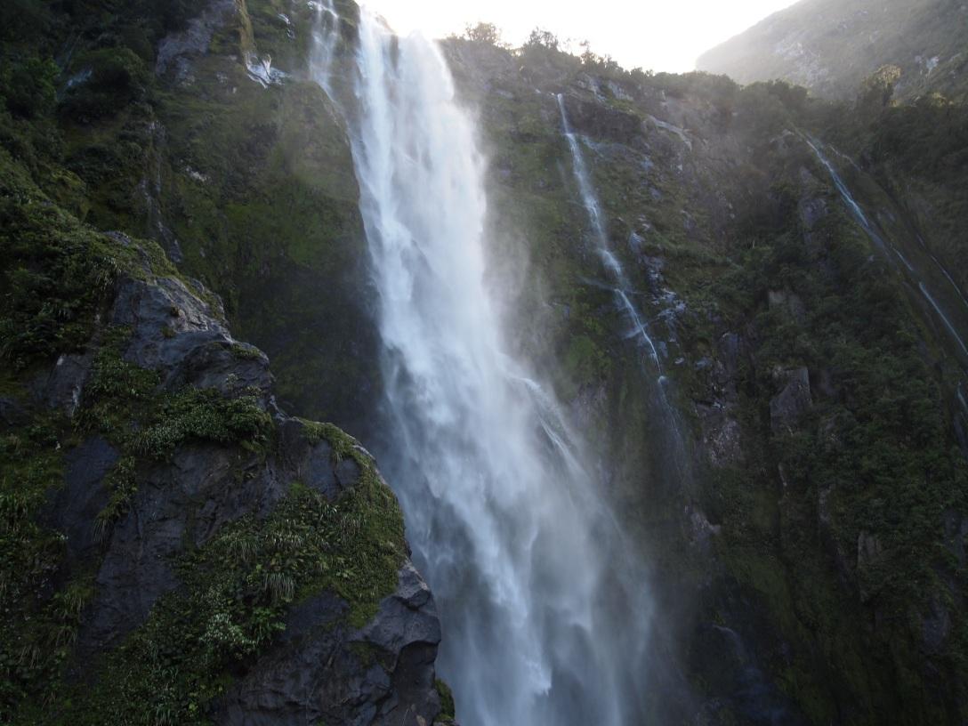Wasserfälle stürzen in die Tiefen des Milford Sounds