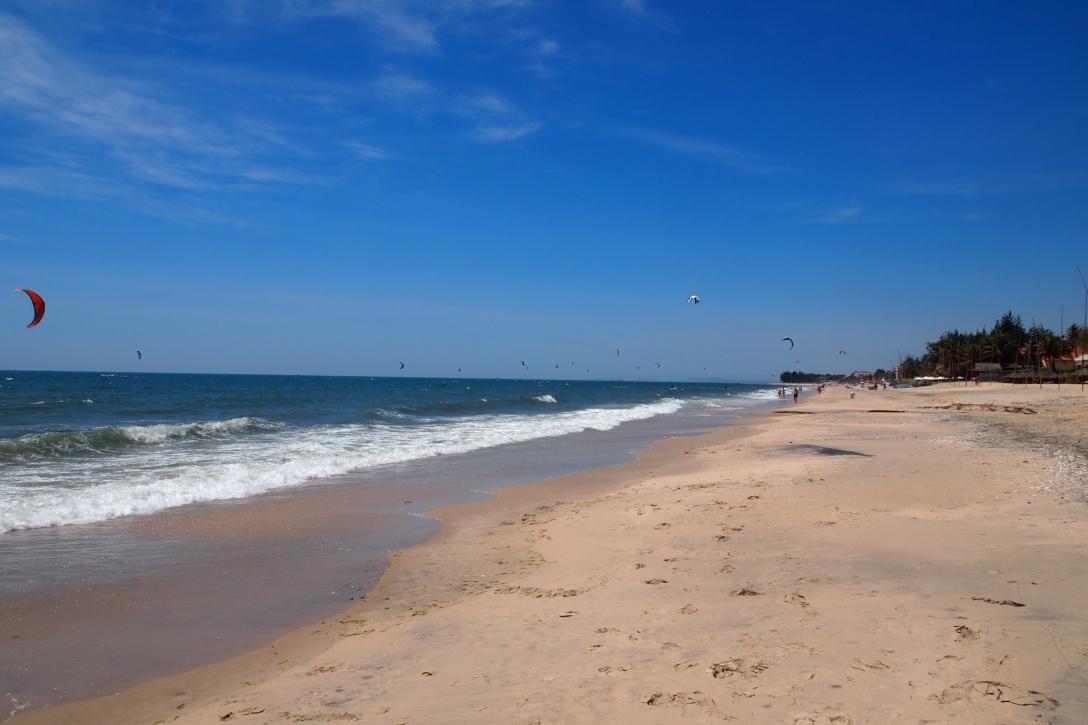 Der schöne Sandstrand in Mui Ne ist aufgrund der guten Windbedingungen bestens für Kitesurfer geeignet.