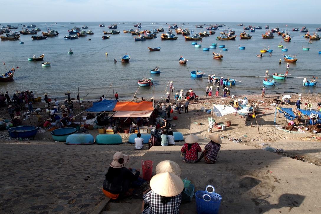 Wartende Frauen am Fischerhafen von Mui Ne