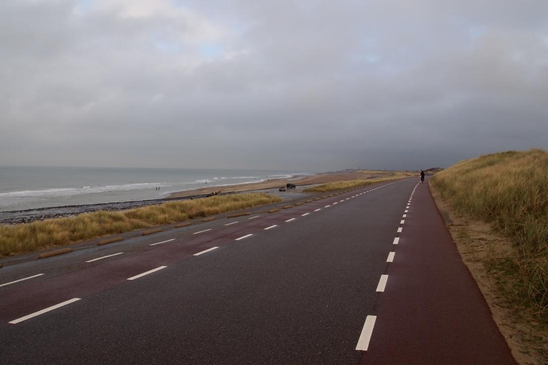 Die Fahrradroute zwischen Westkapelle und Domburg führt direkt an der Küste entlang.