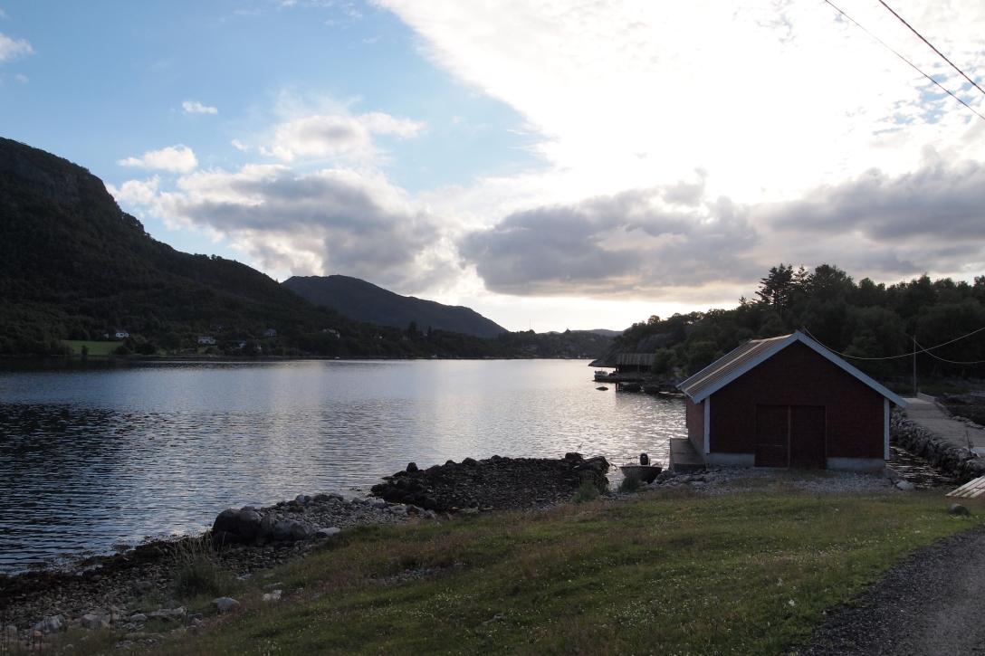 Idyllische Umgebung am Fährhafen in Lauvvik.