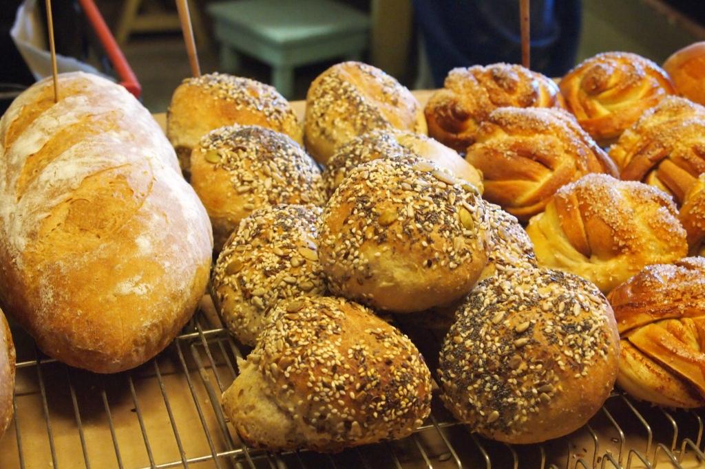 Neben den leckersten Kanelbolle Norwegens (rechts außen) gibt es im Bakeriet auch Brot und Brötchen.