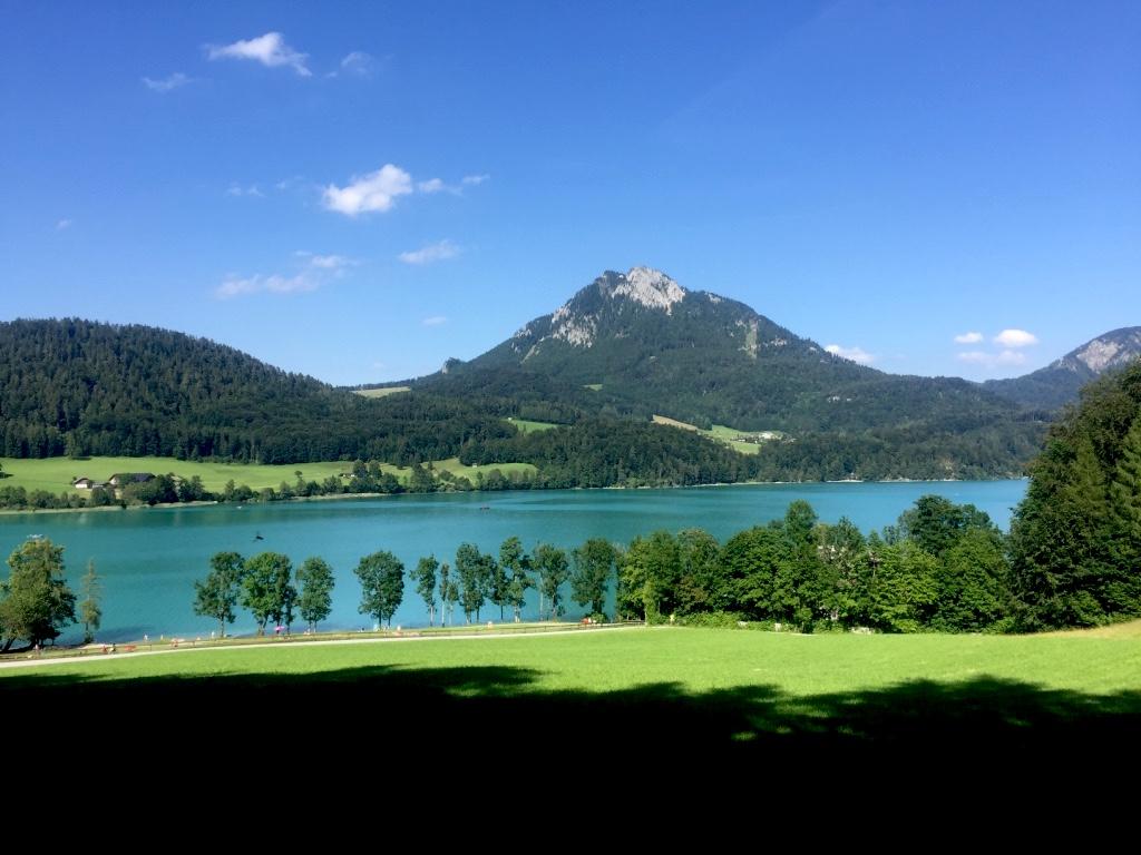 Berge und viel Grün umrahmen den Fuschlsee.