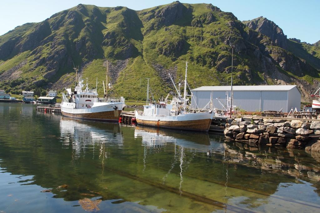 Die Schienen im Wasser führen in die Schiffswerft von Ballstad.