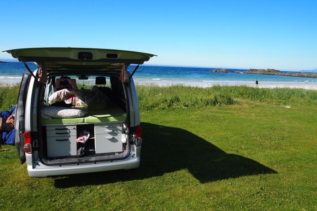 """Näher am Meer geht es kaum: die Campingwiese in """"Hov""""."""