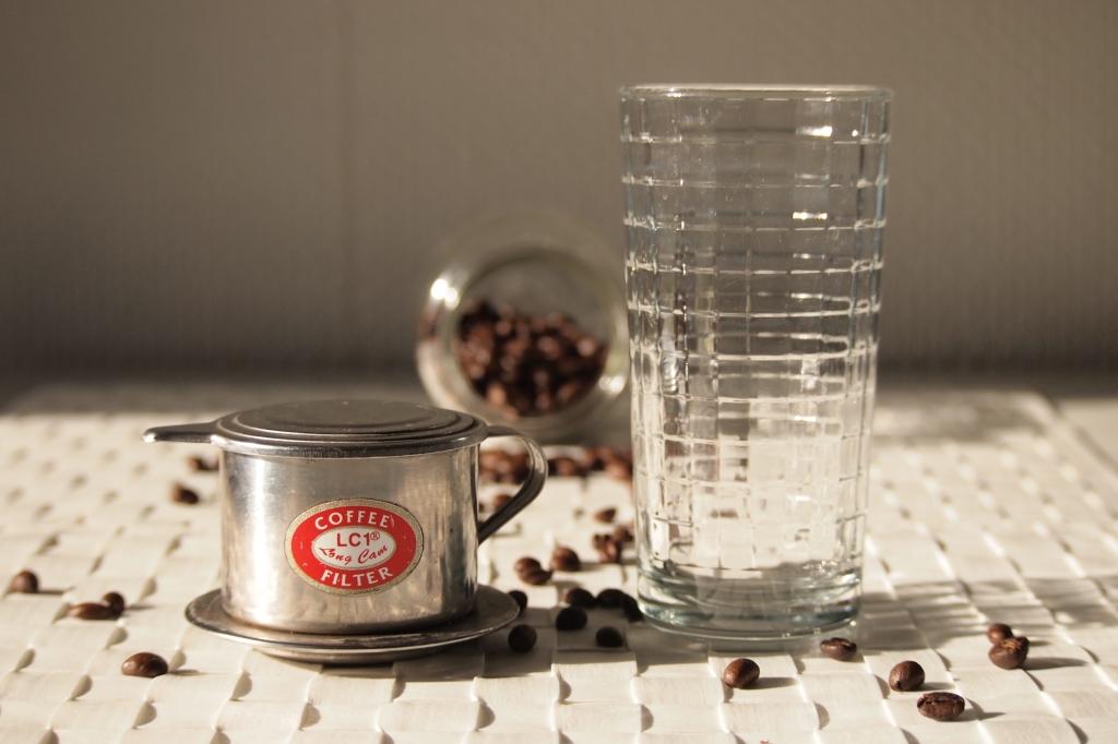 Der Tassenfilter besteht aus drei Teilen: Behälter, Presse und Deckel (siehe auch nächstes Bild).