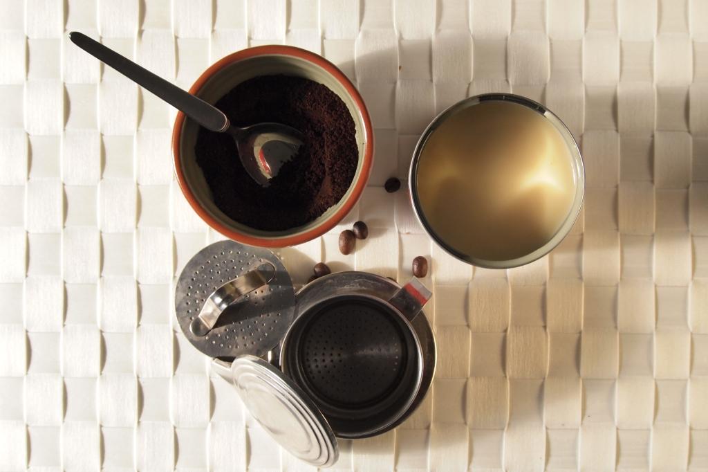 Unzertrennbares Trio: vietnamesischer Kaffee, Tassenfilter und Kondensmilch.