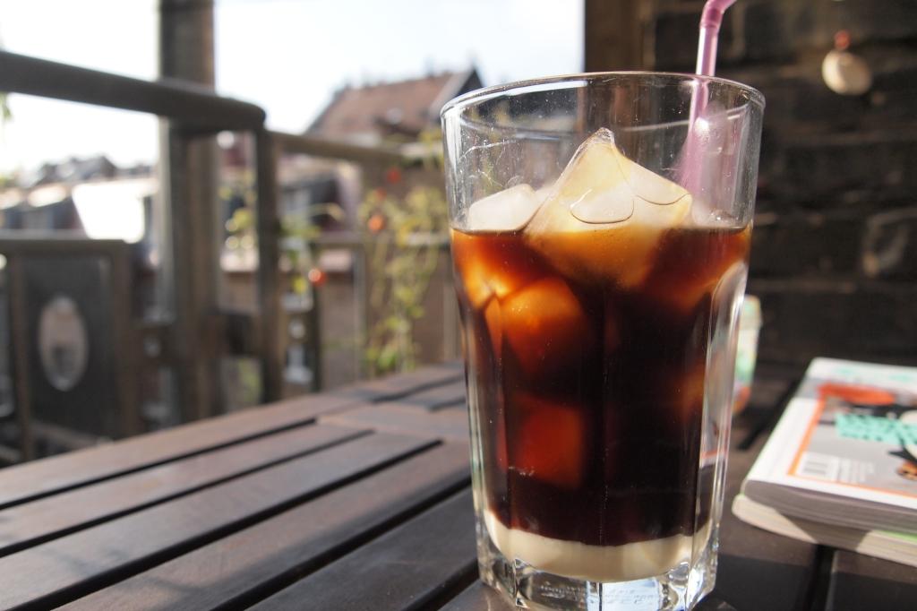 Auch was fürs Auge: vietnamesischer Eiskaffee. Ob man die Milch umrührt oder nicht, ist Geschmackssache.
